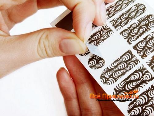 Использование наклеек для ногтей