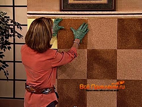 Приклеивание пробковой плитки к стене