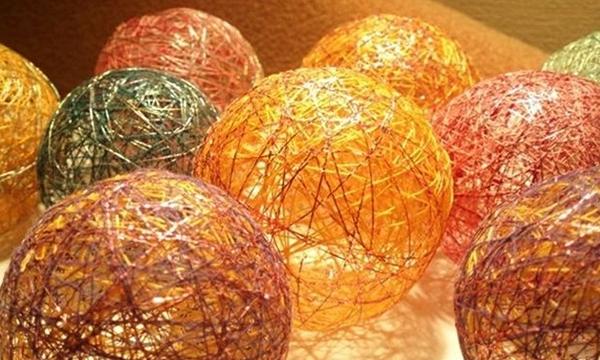 Несколько шаров сделанных из ниток и клея