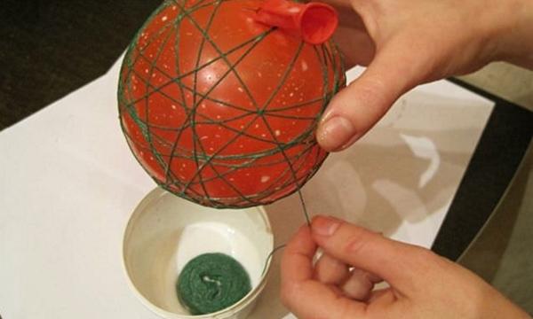 Процесс наматывания нитки на шарик